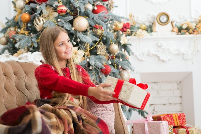 szczęśliwego nowego roku, trochę prezent pudełkowata dziewczyna Szczęśliwy dziecko świętuje boże narodzenia i nowego roku Dziecko zdjęcie royalty free