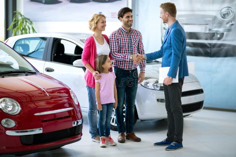 Szczęśliwego rodzinnego zakupu nowy samochód obrazy royalty free