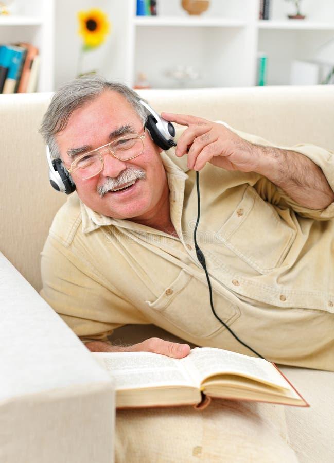 szczęśliwego słuchania mężczyzna muzyczny senior obrazy stock