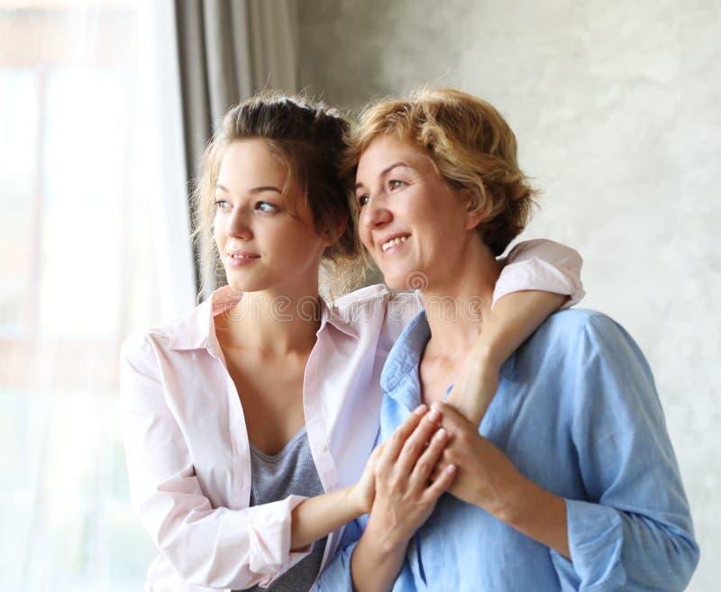 Szczęśliwego senior matki obejmowania dorosła córka śmia się wpólnie zdjęcie royalty free