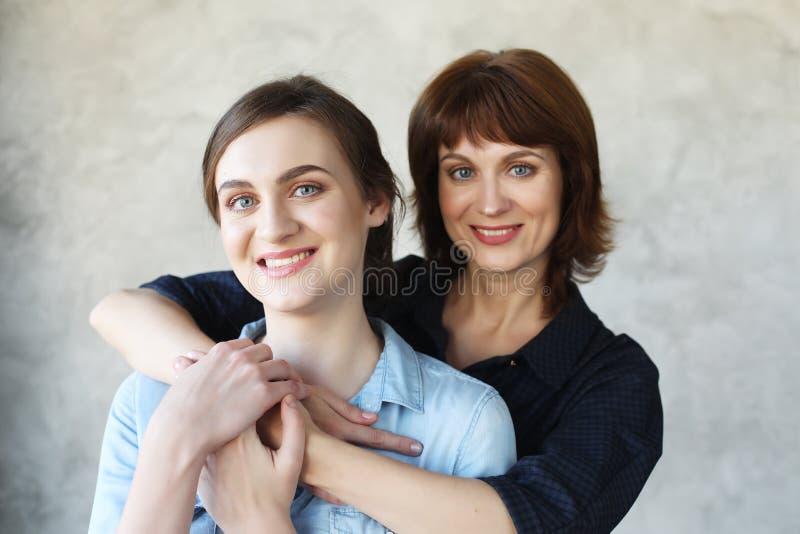 Szczęśliwego senior matki obejmowania dorosła córka śmia się wpólnie fotografia royalty free