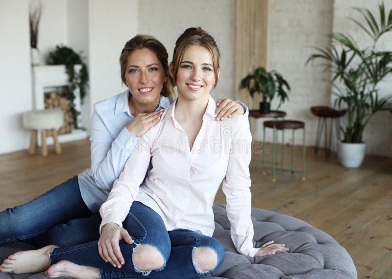 Szczęśliwego senior matki obejmowania dorosła córka śmia się wpólnie obrazy royalty free