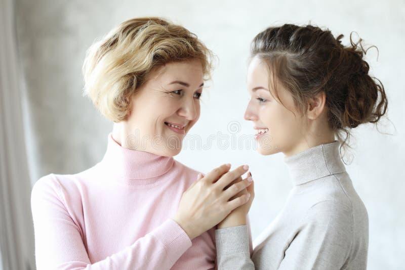 Szczęśliwego senior matki obejmowania dorosła córka śmia się wpólnie, uśmiechnięta z podnieceniem starzejąca się starej damy przy zdjęcie royalty free