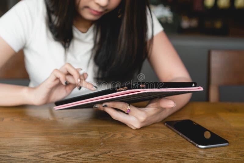Szczęśliwego uśmiechu szkoły wyższa dziewczyny azjatykci czytelniczy ebook z cyfrową pastylką zdjęcie royalty free
