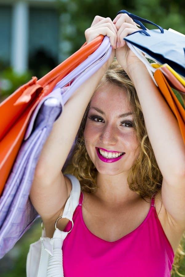 Szczęśliwego zakupy nastoletnia dziewczyna fotografia royalty free