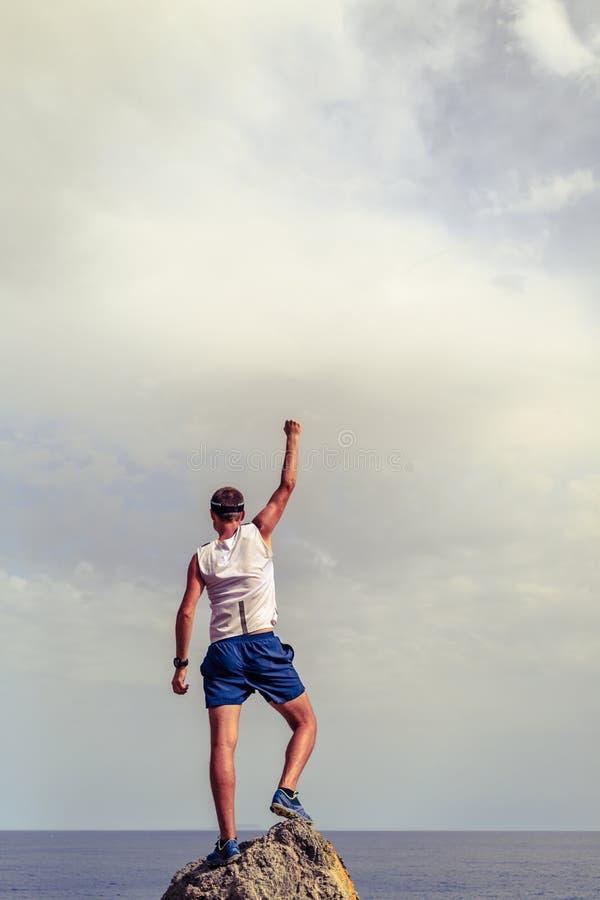 Szczęśliwego zwycięzcy dojechania życia sukcesu bramkowy mężczyzna fotografia stock