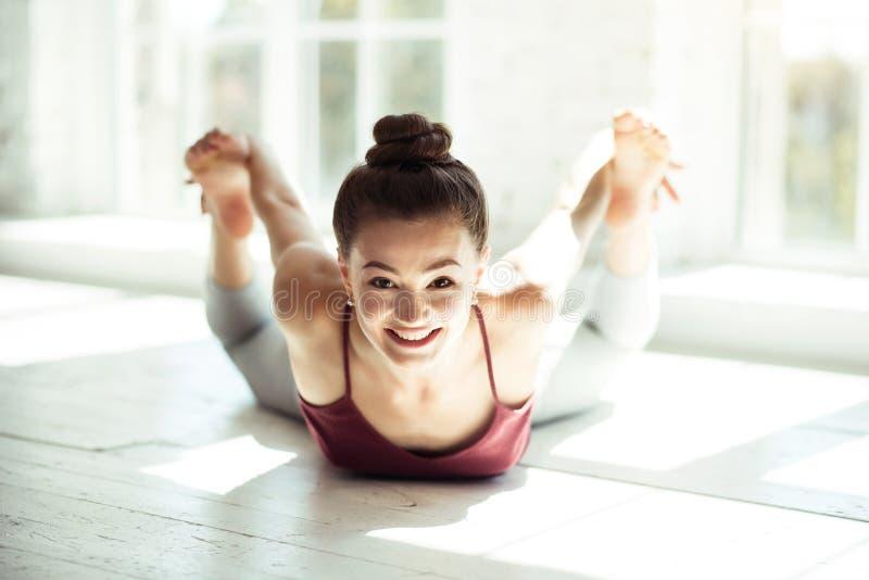 Szczęśliwej ładnej kobiety ćwiczy choreografia zdjęcia stock