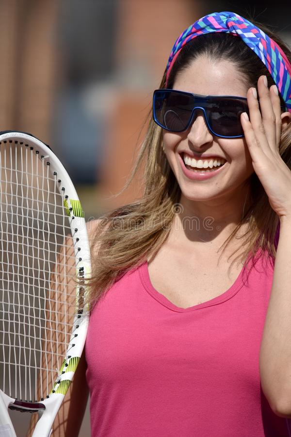 Szczęśliwej atlety gracz w tenisa Kolumbijska Żeńska kobieta Jest ubranym Sportswear Z Tenisowym kantem fotografia royalty free