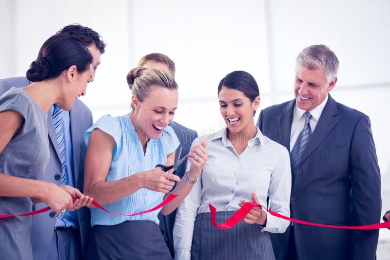 Szczęśliwej biznes drużyny tnący czerwony faborek zdjęcie royalty free
