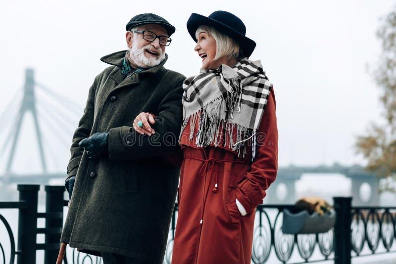 Szczęśliwej blondynki starsza kobieta cieszy się przyjemną komunikację obraz royalty free