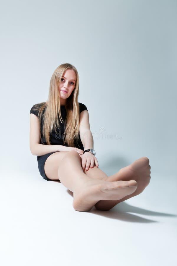 szczęśliwej damy siedzący potomstwa obraz stock