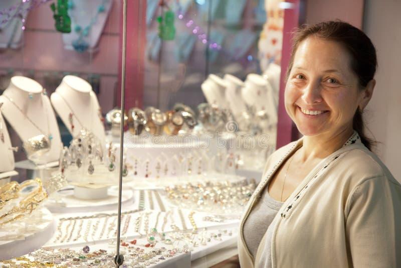 Szczęśliwej dojrzałej kobiety przyglądająca biżuteria obrazy stock