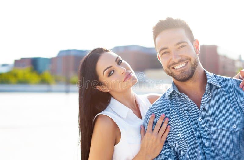 Szczęśliwej młodej caucasian pary plenerowy portret zdjęcia royalty free
