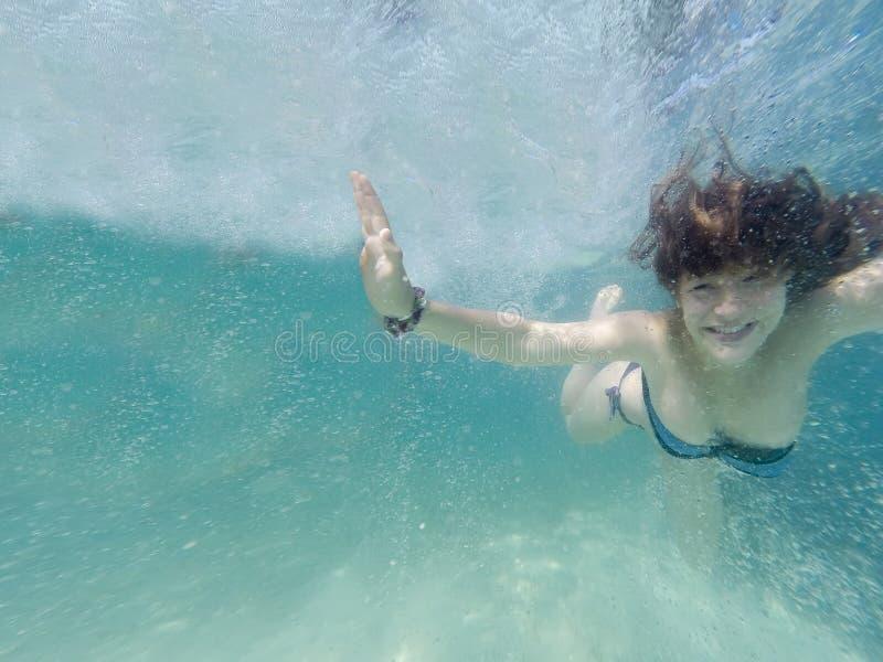 Szczęśliwej młodej redhair kobiety pływacki undewater zdjęcie stock