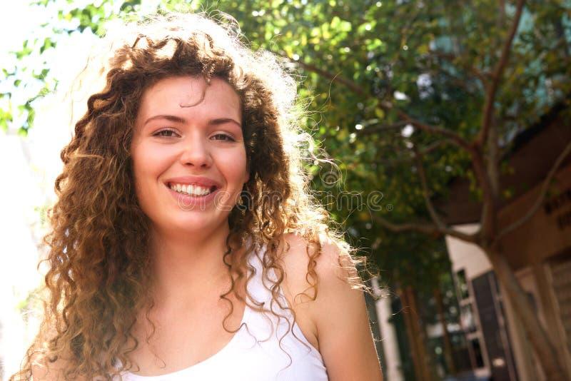 Szczęśliwej nastoletniej dziewczyny trwanie outside fotografia royalty free