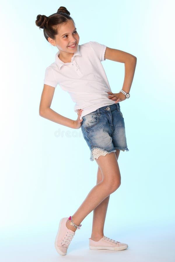 Szczęśliwej nikłej dziecko dziewczyny pełny przyrost w drelichów skrótach z nagimi nogami obrazy royalty free