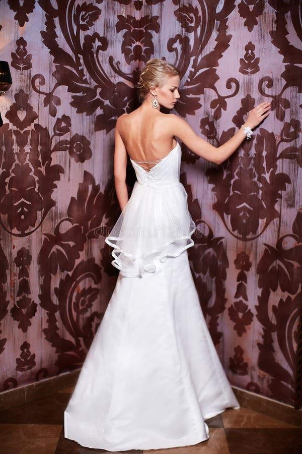 Piękna seksowna panna młoda w białej ślubnej sukni obrazy stock