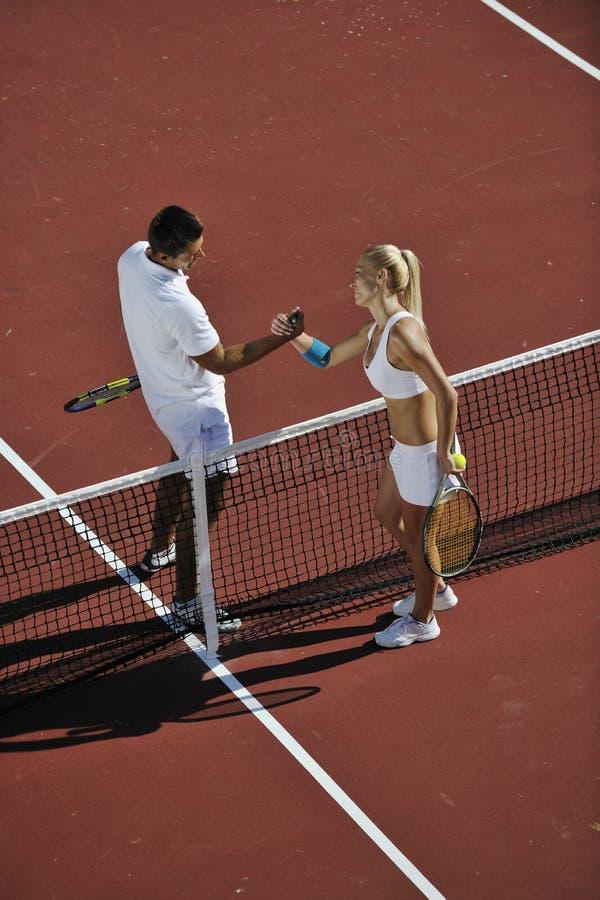 Szczęśliwej potomstw pary sztuka tenisowy gemowy plenerowy fotografia stock