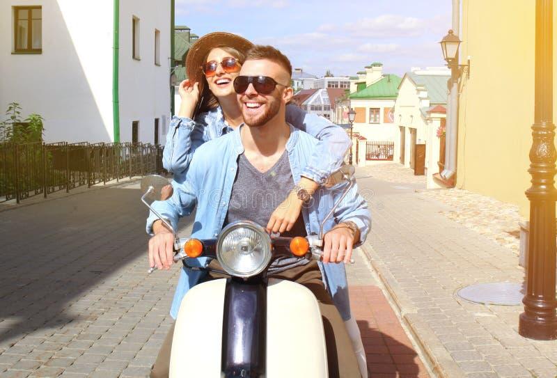 Szczęśliwej potomstwo pary jeździecka hulajnoga w miasteczku Przystojna faceta i młodej kobiety podróż Przygody i wakacji pojęcie zdjęcie royalty free