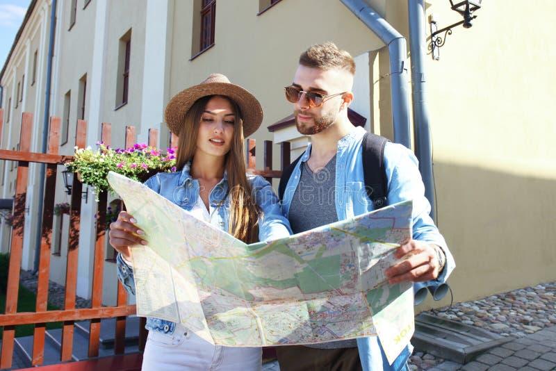 Szczęśliwej potomstwo pary jeździecka hulajnoga w miasteczku Przystojna faceta i młodej kobiety podróż Przygody i wakacji pojęcie obrazy royalty free