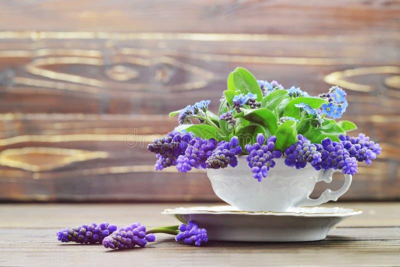 szczęśliwej rocznicy Wiosna kwitnie na drewnianym tle fotografia royalty free