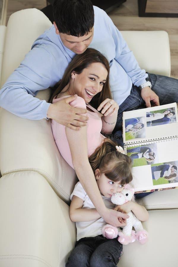 Szczęśliwej rodziny przyglądające fotografie w domu zdjęcia stock