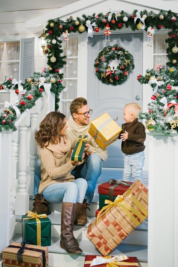 Szczęśliwej rodziny wymieniani Bożenarodzeniowi prezenty fotografia stock