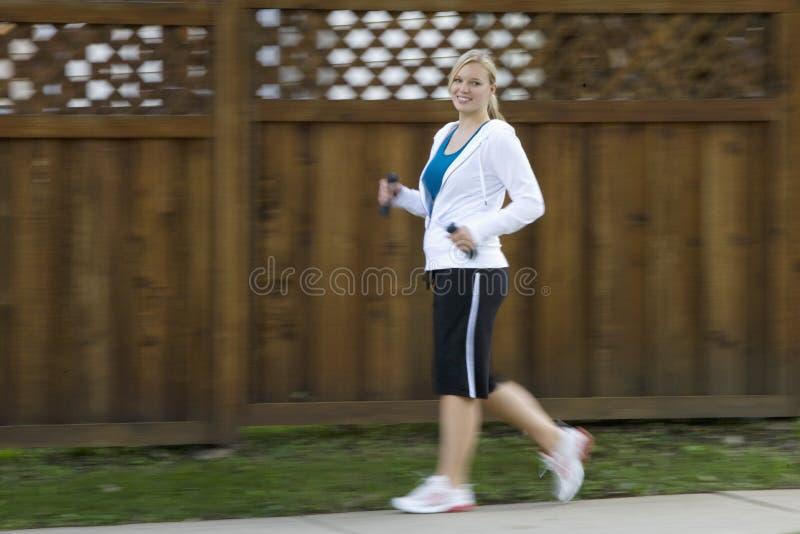 szczęśliwej władzy chodząca kobieta obrazy stock