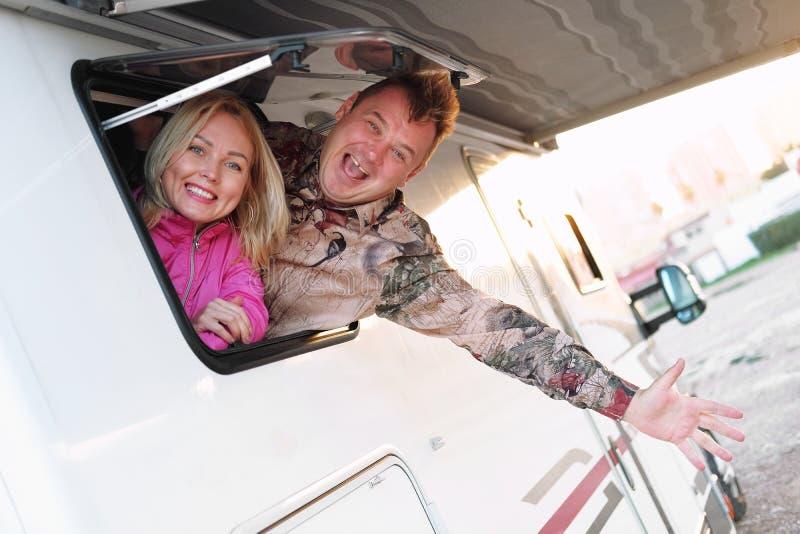 Szczęśliwej w średnim wieku pary rodzinna żona i mąż wydostaje się od karawany obraz royalty free