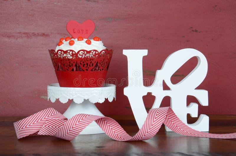 Szczęśliwej walentynki czerwona aksamitna babeczka zdjęcie royalty free