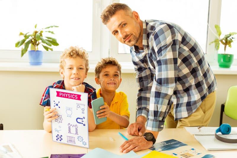 Szczęśliwi ładni dzieci ma fizyki lekcję zdjęcie stock