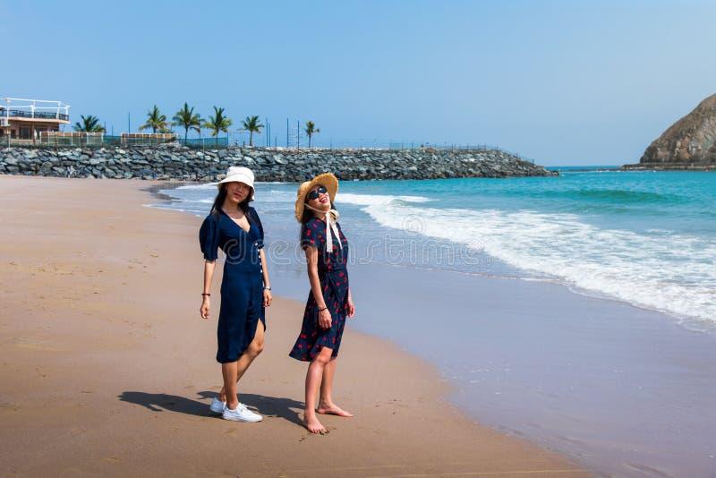 Szczęśliwi żeńscy przyjaciele chodzi na plaży obraz royalty free