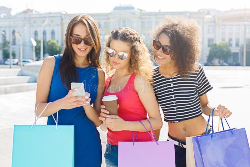 Szczęśliwi żeńscy przyjaciele z smartphone outdoors zdjęcie stock
