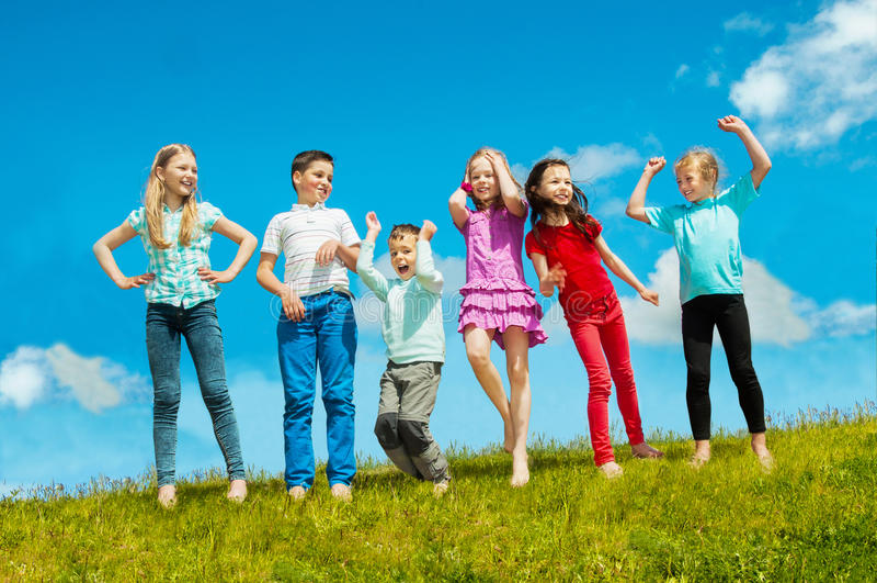 Szczęśliwi aktywni dzieci outdoors obraz stock