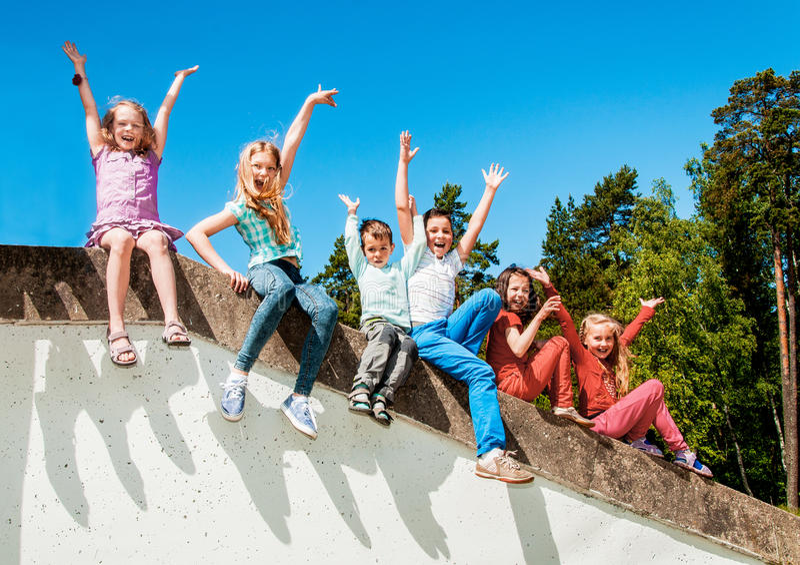 Szczęśliwi aktywni dzieci outdoors zdjęcia stock
