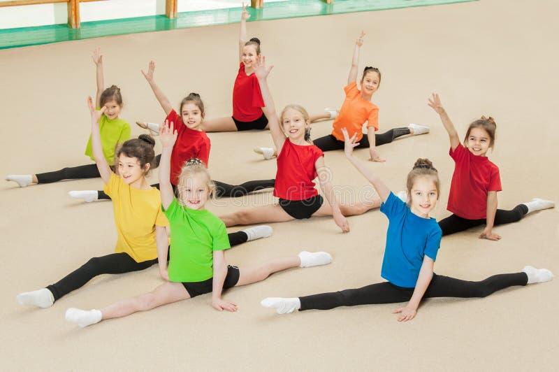 Szczęśliwi aktywni dzieci w gym zdjęcie stock