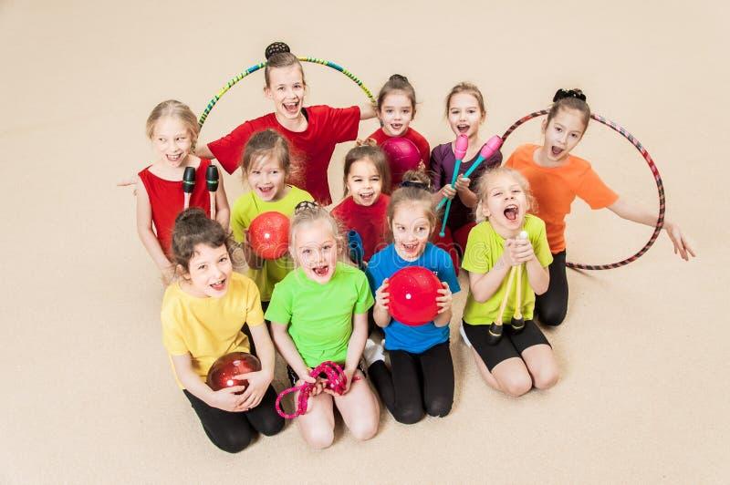 Szczęśliwi aktywni dzieci w gym obrazy royalty free