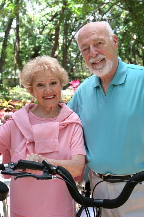 szczęśliwi aktywnych seniorzy fotografia royalty free