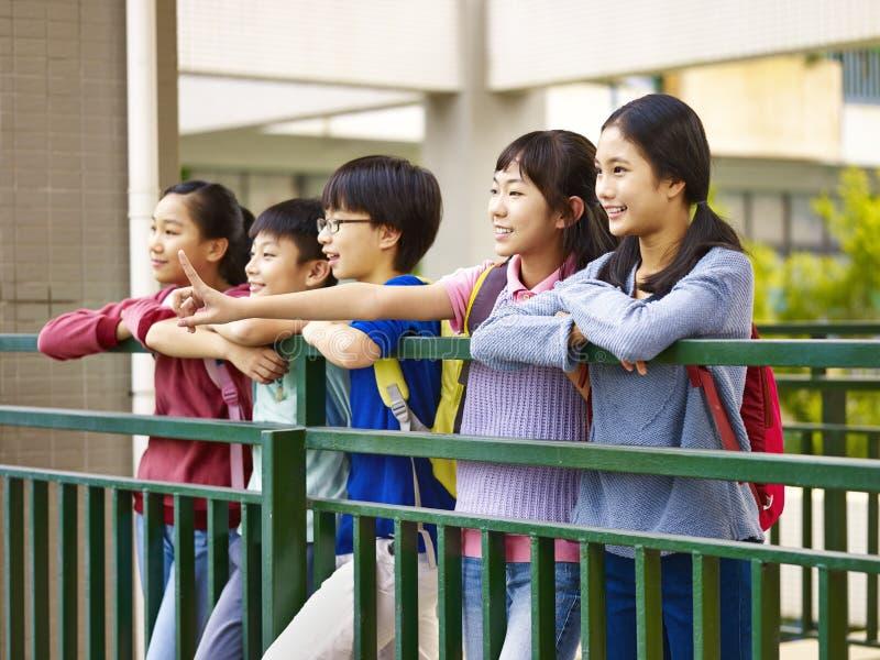 Szczęśliwi azjatykci podstawowi ucznie obrazy royalty free