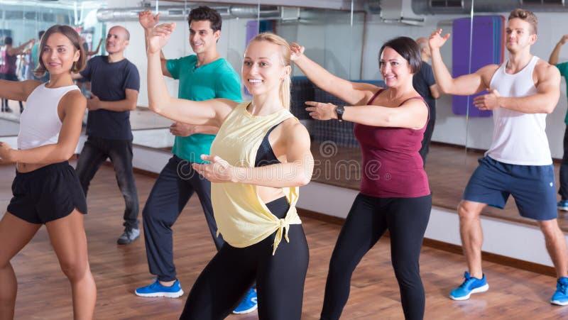 Szczęśliwi beginner tancerze studiuje zumba elementy obrazy royalty free