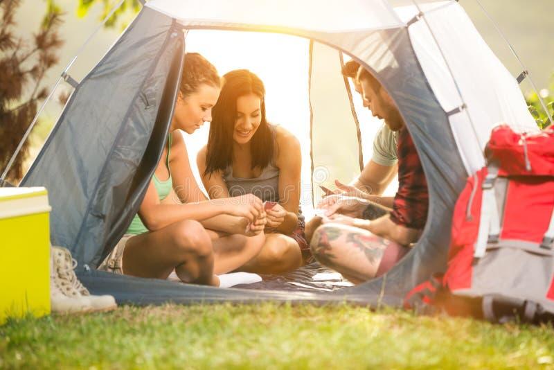 Szczęśliwi belzebuby w namiocie ma zabawę na campingowej wycieczce zdjęcia royalty free