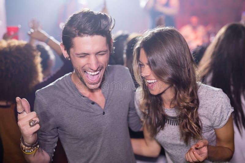 Szczęśliwi belzebuby z usta otwierają przy klubem nocnym fotografia royalty free