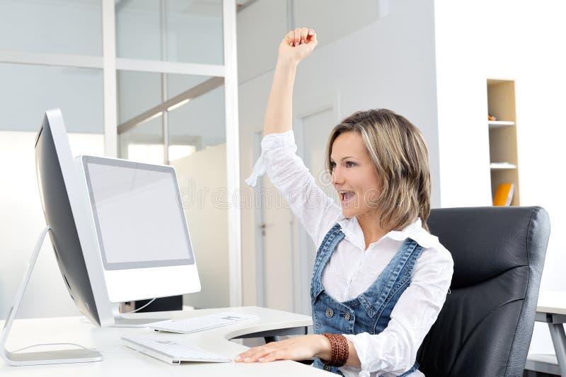 szczęśliwi biurowe młodych kobiet obrazy stock