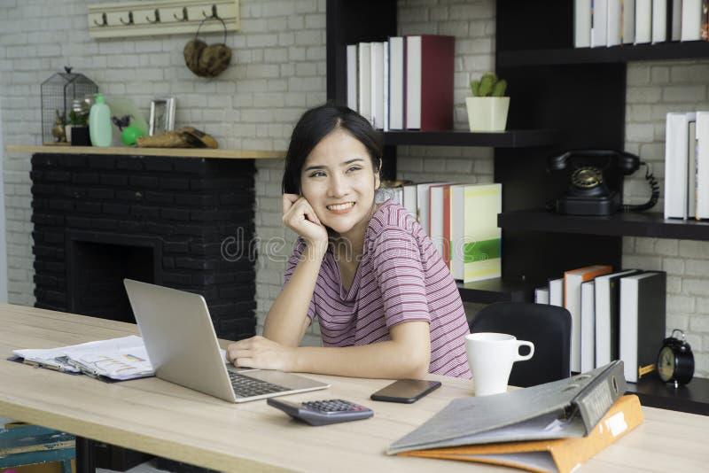 Szczęśliwi bizneswomany w przypadkowej sukni obsiadaniu na biurowym biurku i działaniu z uśmiechniętą twarzą zdjęcia royalty free