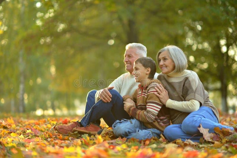 Szczęśliwi dziadkowie z wnukiem zdjęcie royalty free