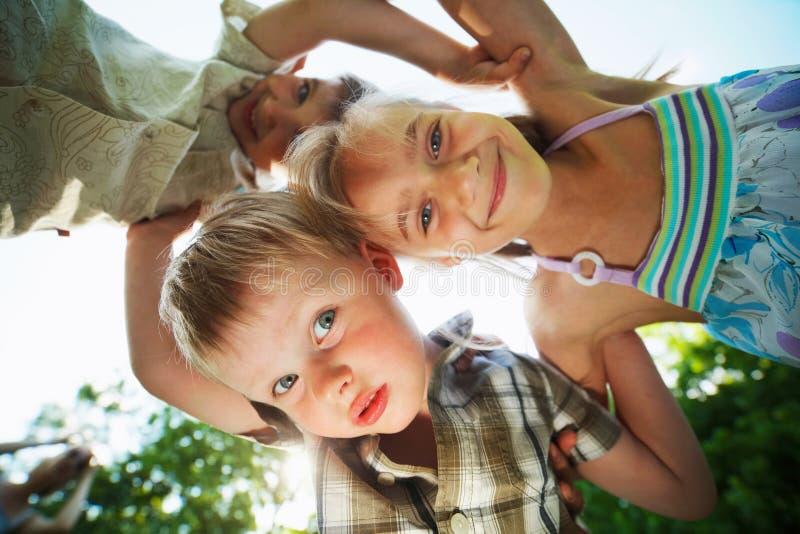 Szczęśliwi dzieci ściska dolnego widok obraz stock