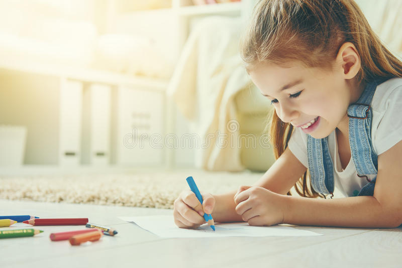 Szczęśliwi dzieci bawią się obraz royalty free