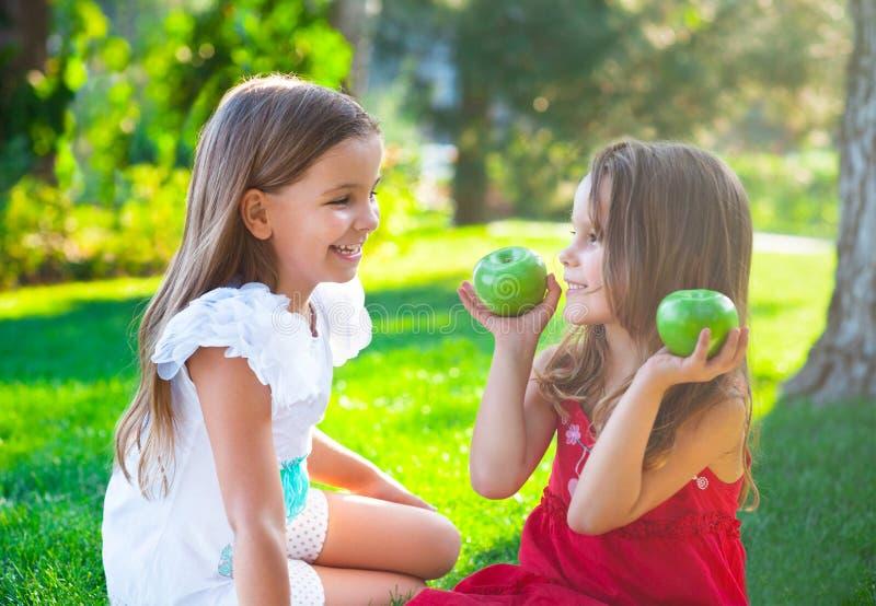 Szczęśliwi dzieci bawić się w jesień parku na rodzinnym pinkinie obraz royalty free