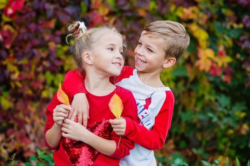 Szczęśliwi dzieci bawić się w pięknym jesień parku zdjęcia stock