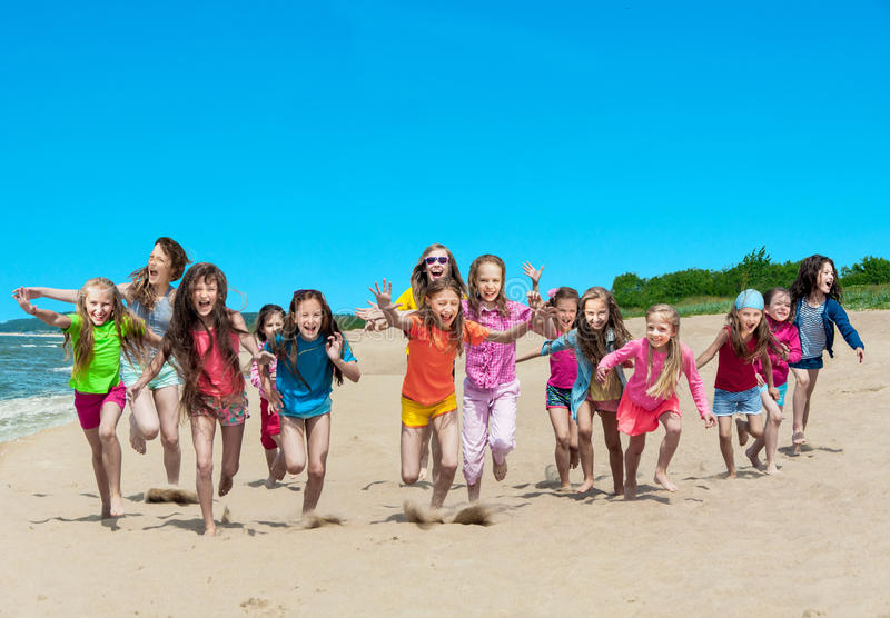 Szczęśliwi dzieci biega na plaży zdjęcia stock
